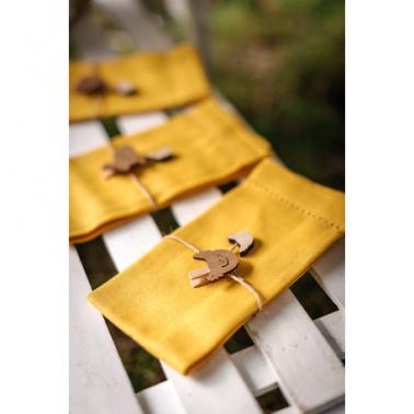 Gebruik deze houten kippetjes om in je paastakken te hangen.